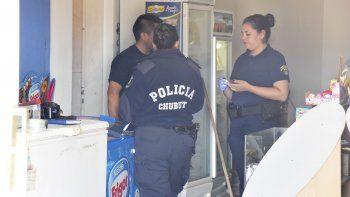 La Policía Científica trabaja enel comercio afectado por el asalto