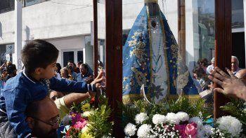 Una multitud de fieles católicos acompañó y veneró la imagen de la Virgen María por las calles de Caleta Olivia.