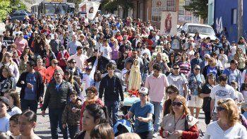 Los fieles caminan por la calle Belgrano en su peregrinación hacia la Iglesia de Schoenstatt.