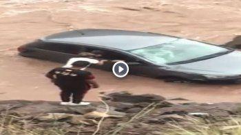 un chico de 15 anos salvo a una pareja que cayo con un auto a un rio