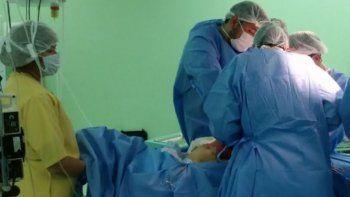 La ablación multiorgánica del donante voluntario que sufrió muerte cerebral demandó varias horas en uno de los quirófanos del Hospital Zonal de Caleta Olivia.