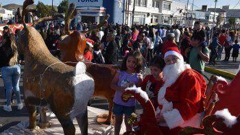 El legendario Papá Noel que se hizo presente con su trineo en el microcentro caletense, deleitó a cientos de niños, pero hubo desilusión cuando no se pudo encender el nuevo arbolito navideño.