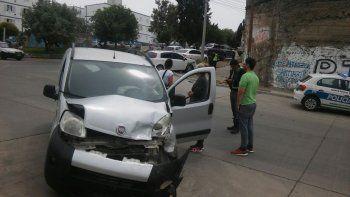 El momento en que la conductora de la Fiat Qubo esperaba asistencia médica.