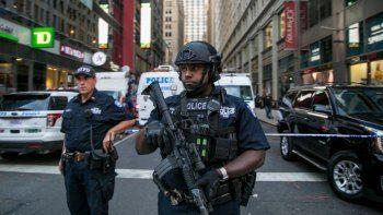 Policías custodian la zona afectada por la explosión en la que resultaron heridas cuatro personas, incluido el atacante.