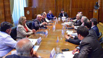 En Buenos Aires, doce intendentes chubutenses le exigieron a Aranguren mejoras impositivas y diferenciación de tarifas para afrontar la crisis en el sector productivo.