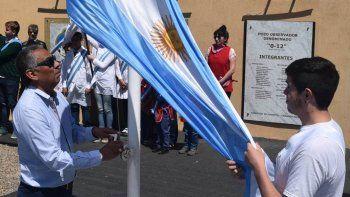 El comisionado de fomento Jorge Soloaga y quien fuera electo soberano de Cañadón Seco, Braian Saldivia, izaron el Pabellón Nacional en el sitio petrolero emblemático de Santa Cruz.