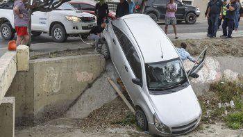 Un automóvil terminó en un desagüe por una mala maniobra de otro
