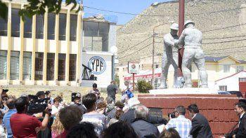Se reinauguró el monumento al trabajador petrolero
