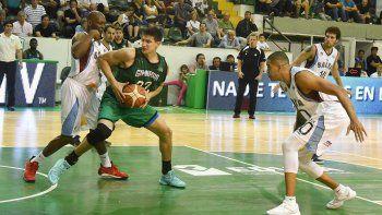 Franco Giorgetti en la zona pintada marcado por Quinnel Brown en el partido que Gimnasia le ganó a Salta Basket en el Socios Fundadores.