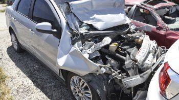 El Fiat Siena que conducía el joven de 19 años con 1,77 gramos de alcohol por litro de sangre terminó estrellándose contra una camioneta.