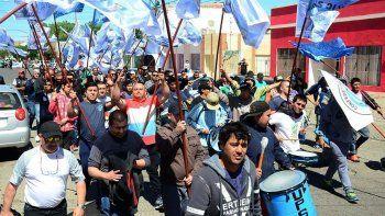 La protesta en Caleta Olivia incluyó la participación de afiliados a gremios nucleados en la CGT, entre ellos el de los vigiladores.