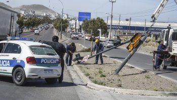 Operarios particulares se encargaron de levantar y correr el semáforo caído por el viento en Yrigoyen y Roca.