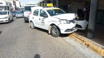 taxista se estrello contra un poste de la catedral