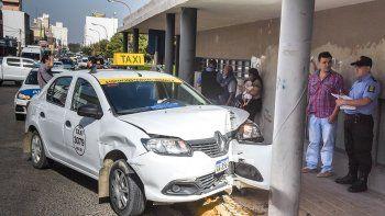 El taxista aseguró que fue por esquivar a un peatón que terminó estrellado contra la columna de la Catedral.