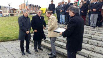 El intendente de Rio Turbio, Atanasio Pérez Osuna –derecha– entregó presentes al vicegobernador Pablo González y al diputado Matías Mazú, quien también fuera jefe comunal de esa localidad.