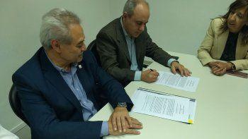 El ministro de Hidrocarburos, Sergio Bohe, y el presidente del SEGEMAR, Julio Ríos Gómez, firmaron el convenio para relevamientos hidrogeológicos.