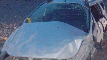 La Renault Duster que volcó en la Ruta 3, al sur de la localidad de Fitz Roy causando la muerte de su conductor, quedó seriamente destrozada.