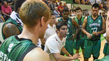 El joven entrenador Martín Villagrán dialoga con sus jugadores durante un pedido de minuto en el partido del viernes ante Quimsa.