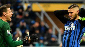 El delantero argentino Mauro Icardi se lamenta luego de la derrota de su equipo Inter sobre Udinese por una nueva fecha de la Liga de Italia.