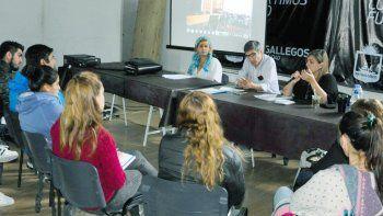 La licenciada Jorgelina Russo (derecha), representante de ONGS en Red, disertó en Rio Gallegos sobre problemáticas de la superpoblación canina.