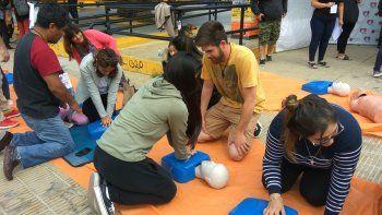 En la plaza de la Escuela 83 más de 300 personas aprendieron técnicas de Reanimación Cardiopulmonar.