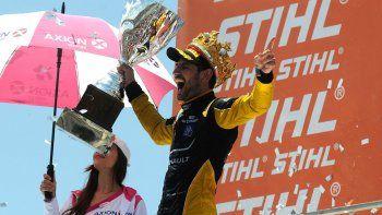 El santafesino Facundo Ardusso festeja con la corona y la copa de campeón del Super TC2000.