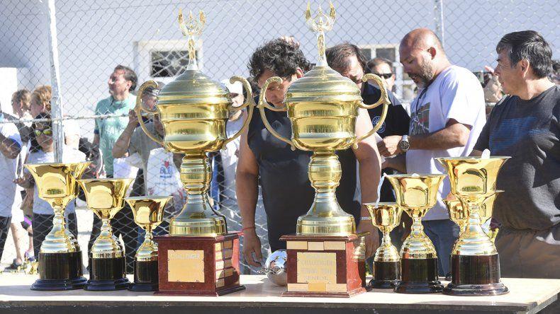 Las preciadas copas se lucieron antes y durante la premiación.