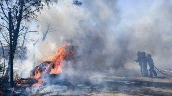 Un incendio consumió dos lotes en el barrio Industrial por lo que tuvieron que trabajar cuatro autobombas de Bomberos Voluntarios.