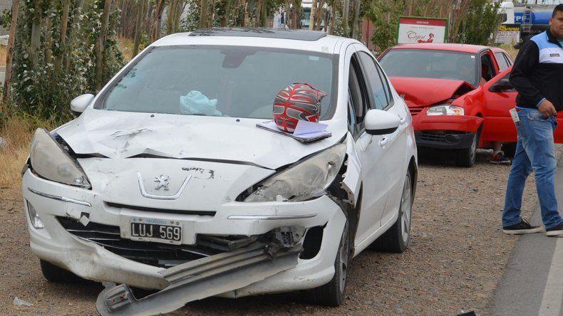 Sobre el capot de uno de los autos involucrados en el triple choque se observa el casco que se le cayó al conductor de la moto