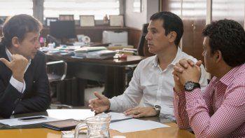 El subsecretario de Desarrollo Urbano de la Nación, Iván Kerr (centro), dialoga con el senador Eduardo Costa y el intendente Gustavo González.