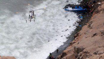 Desbarrancó un micro y cayó al mar: al menos 48 muertos