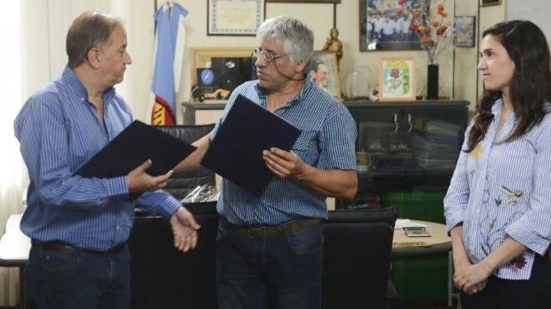 El intendente Carlos Linares entregó subsidios a vecinales y criticó a Nación por la demora en las obras por el temporal.
