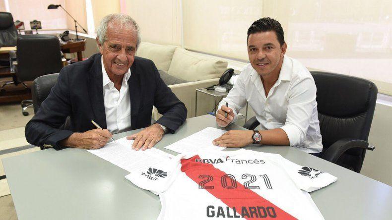 Marcelo Gallardo en momentos de estampar su firma por cuatro años como entrenador de River acompañado por el presidente del club Rodolfo DOnofrio.