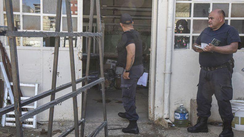 Los delincuentes ingresaron a la carpintería metálica de la calle Chacabuco ayer entre las 12:40 y las 15:30.