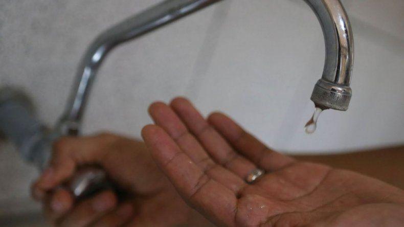 El corte de agua se extiende por una nueva rotura