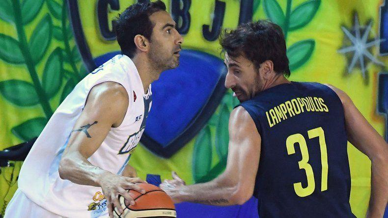 Paolo Quinteros con el balón ante la marca del griego Fotios Lampropoulos cuando Boca le ganó a Regatas Corrientes en la Bombonerita.