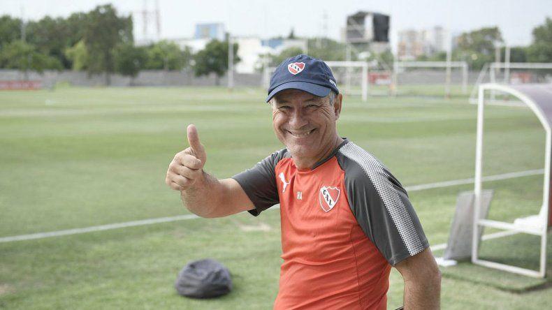 El entrenador Ariel Holan saluda en el predio de Villa Domínico.