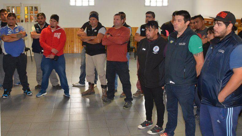 Ayer se sucedieron reuniones de integrantes del cuerpo de delegados del sindicato petrolero con miembros de comisión directiva. La de Caleta Olivia contó con la presencia de Rafael Guenchenén.