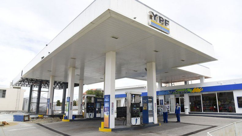 Un playero de la estación de servicio 13 de Diciembre fue asaltado a mano armada durante la madrugada de ayer y los ladrones se alzaron con 16.000 pesos y otros elementos de valor.