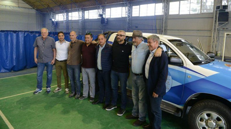 El acto de entrega de la camioneta donada por el Sindicato de Petroleros Jerárquicos