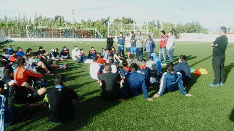 El plantel de USMA se reunió ayer en su cancha ya pensando en el debut del torneo Federal C ante el Deportivo Sarmiento.