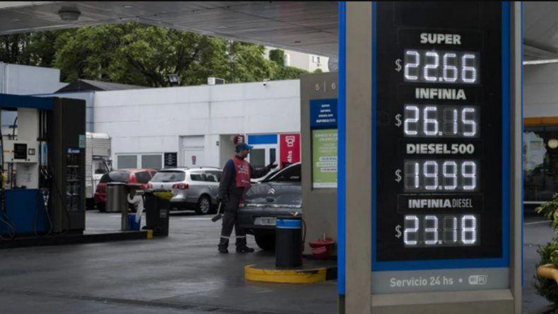 Los precios actuales que reflejan las pizarras en las estaciones de servicio de YPF en Buenos Aires.