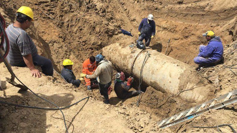 Los trabajos que se realizaban ayer en la avería de Zona Parada.