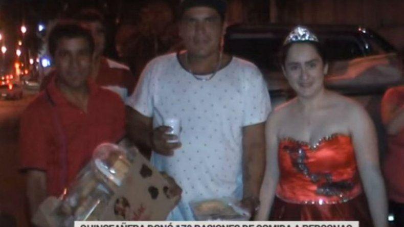 Con vestido y corona festejó sus 15 años repartiendo comida