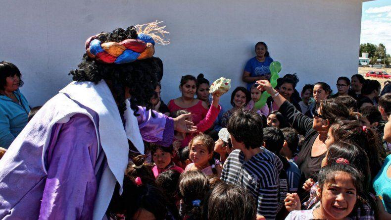 Policías se disfrazaron de Reyes Magos para repartir juguetes en Camarones