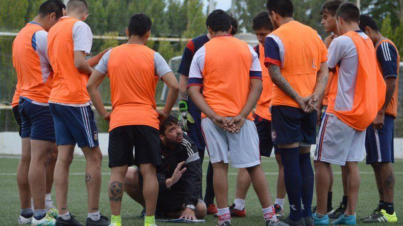 Hugo Cárdenas dando las indicaciones a los titulares antes del primer ensayo futbolístico de USMA.