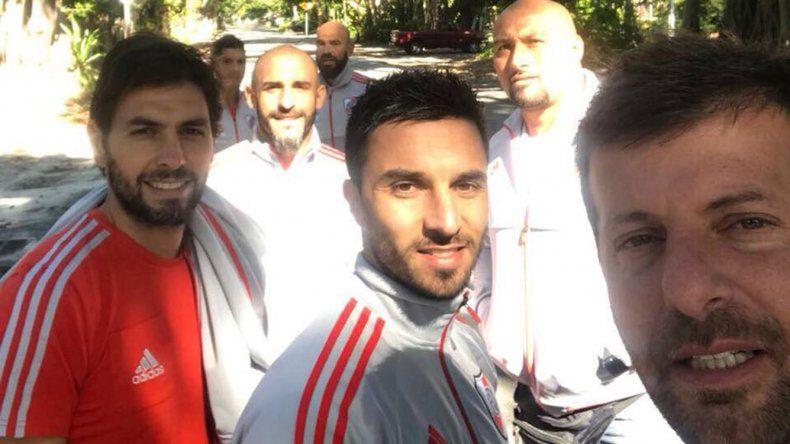 Ignacio Scocco se saca una selfie con sus compañeros e integrantes del elenco millonario.