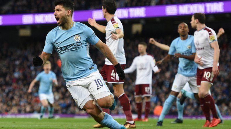 El argentino Sergio Agüero festeja uno de sus dos goles que le marcó ayer al Burnley por la FA Cup de Inglaterra.
