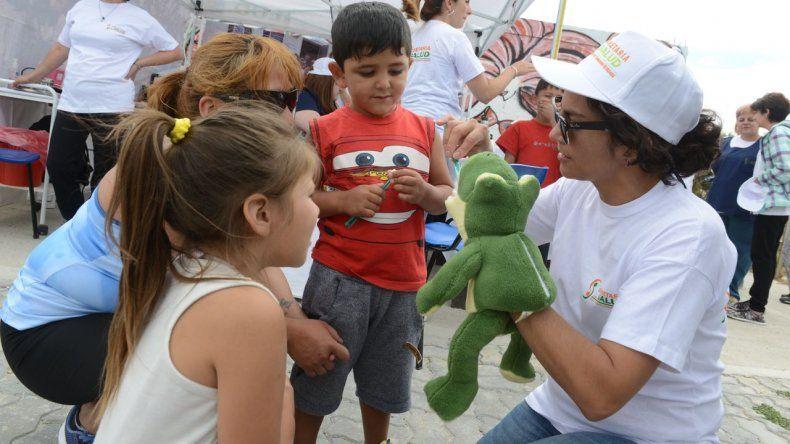 Un tráiler móvil de salud atendió las consultas de los vecinos en el paseo costero de Caleta Córdova