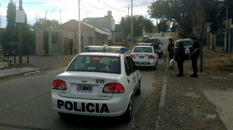 El momento en que personal policial allana la vivienda de la calle Piedra Buena en la que se detuvo al sospechoso.